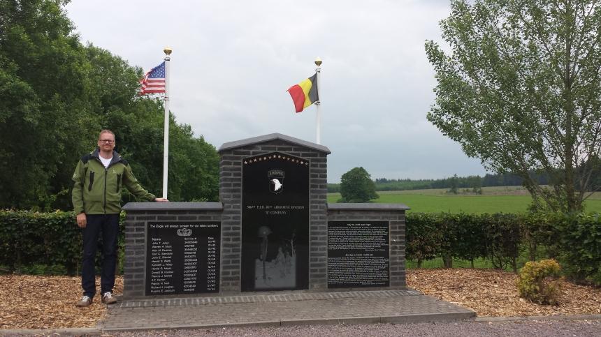 Mattias besöker minnesmärket för 506 P.I.R E-Kompaniet i Jacks Wood, Bastogne Belgien