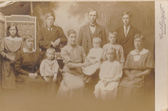 Familjen Karl Johansson och Emilia Gill 1917 i Redslared