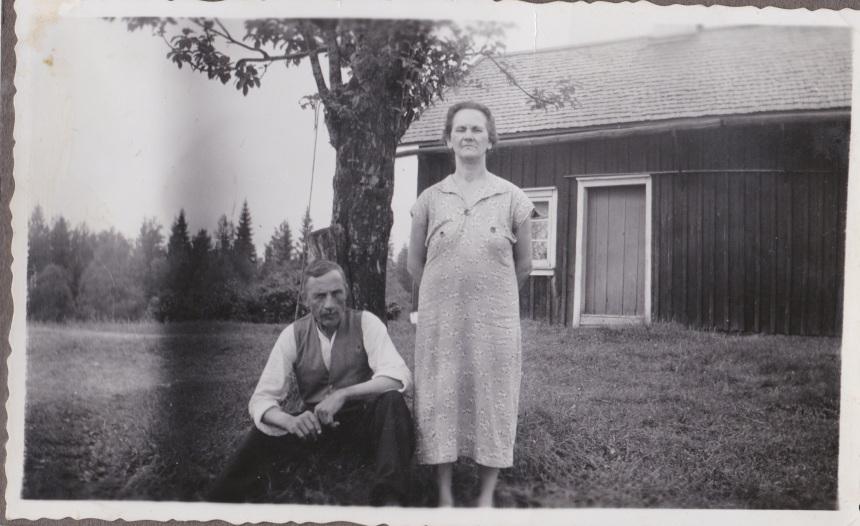 Johan och Jenny Johansson vid sitt hem