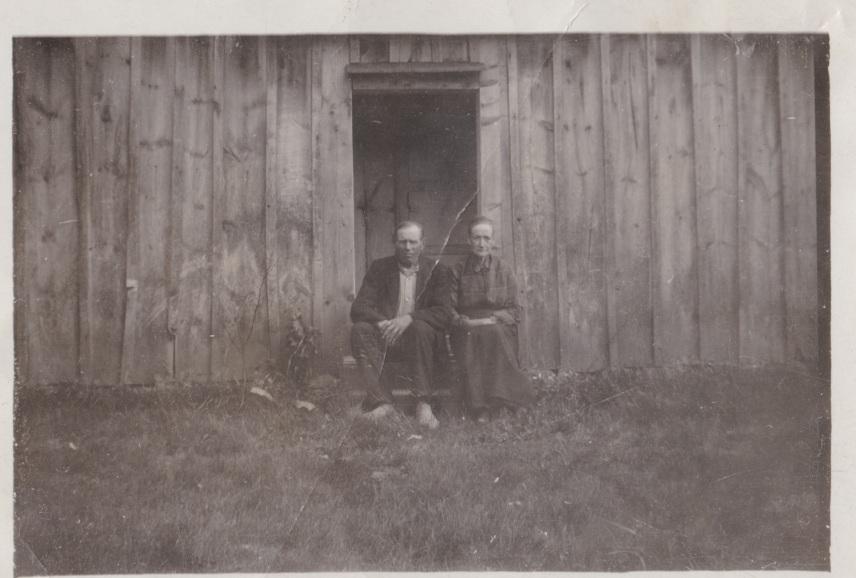 Karl och Emilia vid sitt torp