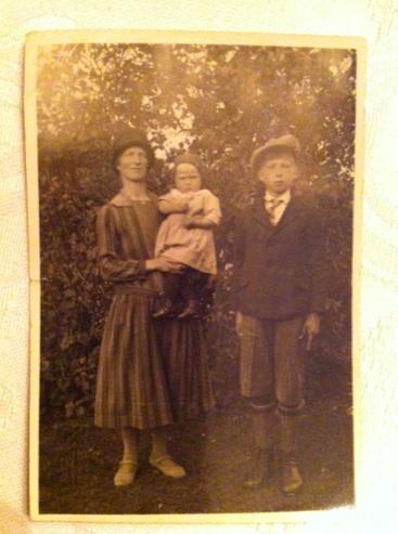 Hildur med barnen Göte och Anna-Lisa