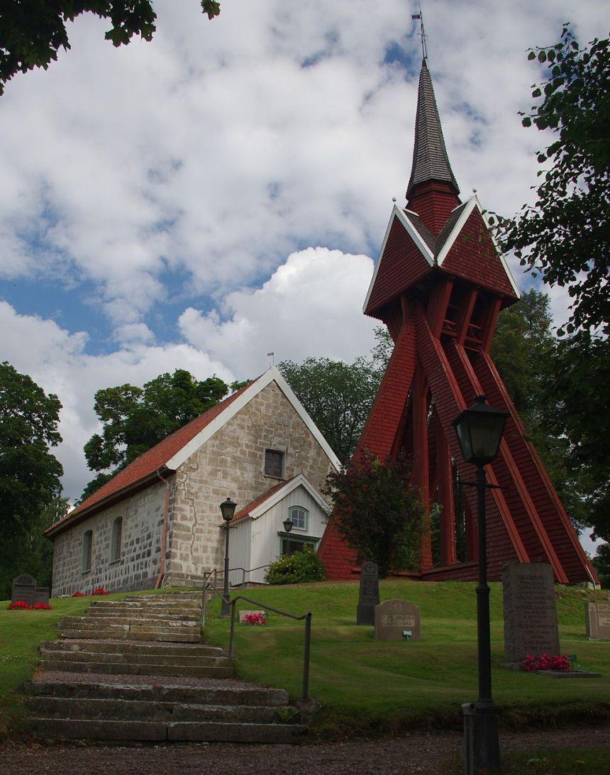 Velinga kyrka från 1100-talet med klockstapel från 1686.