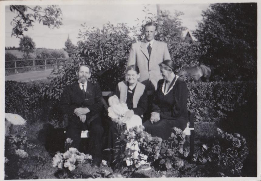 August och Elin Wahllöf. Rune och Nora Åbom med sonen Johnny vid dopet