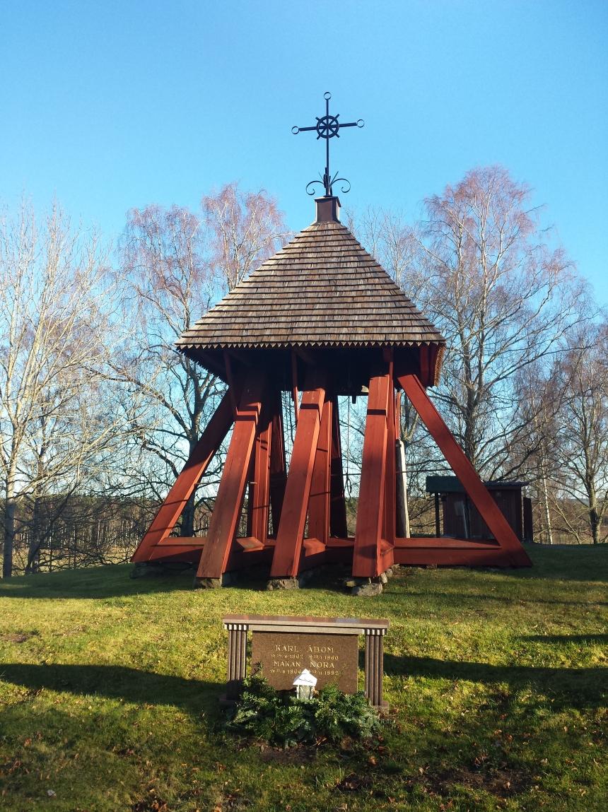 Under klockstapeln i Vättaks kyrka vilar Karl och Nora Åbom