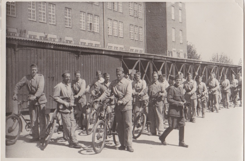Korpral 811 Johansson förbereder cykling med sin grupp