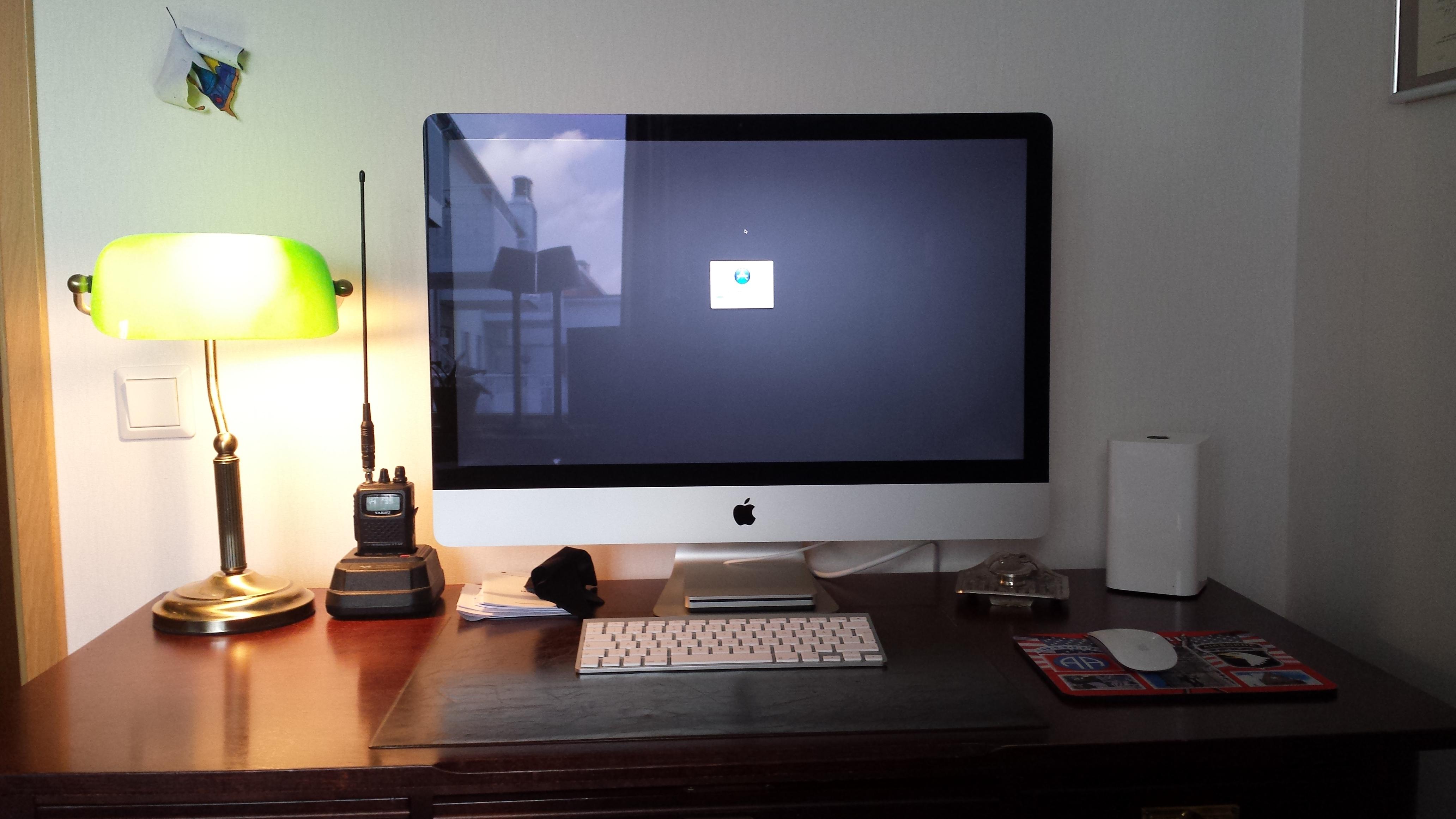 En bra släktforskardator underlättar: 27tums skärm, till höger en såkallad NAS - Network Attached Storage