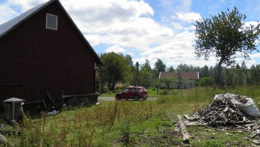 Ladugården och huset närmast backtugan 2014