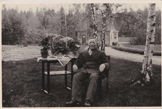 Fabrikör Albert Andersson Hallaströmmen. Firar sin 80 årsdag i Eriksbo 1943-05-19