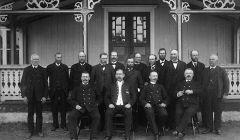 Domare, länsmän och nämndemän samlade utanför tingshuset för Västra härads domsaga. Kornstad, Småland. (Bild från Wikipedia)